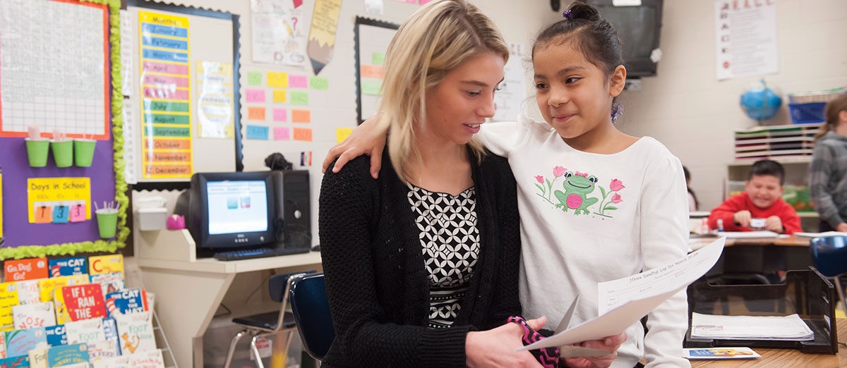 Summer Buchanan works with a Florence Elementary student
